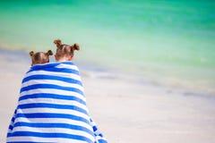 Meninas envolvidas na natação do arter de toalha na praia tropical Fotos de Stock Royalty Free