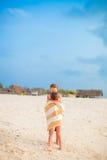Meninas envolvidas na toalha na praia tropical na noite Fotos de Stock Royalty Free