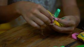 Meninas feitos a mão que costuram letras do feltro vídeos de arquivo