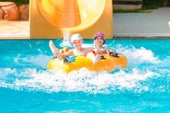 Meninas felizes bonitos no aquapark do amusment Imagem de Stock