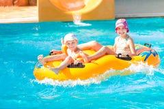 Meninas felizes bonitos no aquapark do amusment Fotografia de Stock