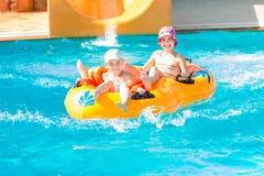 Meninas felizes bonitos no aquapark do amusment Imagens de Stock Royalty Free