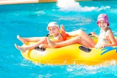 Meninas felizes bonitos no aquapark do amusment Imagens de Stock