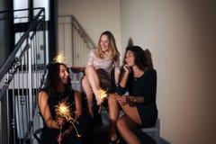 Meninas felizes com sparkles foto de stock