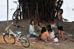 Meninas felizes das crianças do sorriso dos pobres na vila de Ásia Imagem de Stock Royalty Free