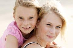 Meninas felizes na praia Imagem de Stock Royalty Free