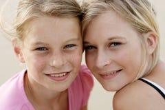 Meninas felizes na praia imagem de stock