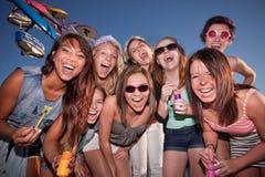 Meninas felizes no carnaval com bolhas imagens de stock