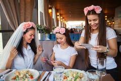Meninas felizes que comemoram um partido da solteira da noiva fotografia de stock