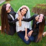Meninas felizes que comemoram um partido da solteira da noiva imagens de stock royalty free