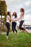 Meninas felizes que comemoram um partido da solteira da noiva foto de stock royalty free