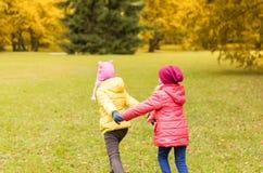 Meninas felizes que correm fora Fotografia de Stock Royalty Free