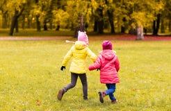 Meninas felizes que correm fora Imagem de Stock Royalty Free