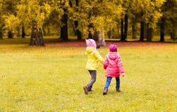 Meninas felizes que correm fora Fotos de Stock
