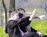 Meninas felizes que disparam-se n foto de stock