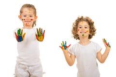 Meninas felizes que mostram suas mãos coloridas fotos de stock royalty free