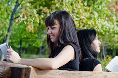 Meninas felizes que relaxam no sol Foto de Stock Royalty Free