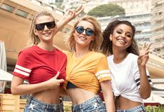 Meninas felizes que têm o divertimento em Monte - Carlo, horas de verão Imagem de Stock Royalty Free