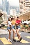Meninas felizes que têm o divertimento em Monte - Carlo, horas de verão Foto de Stock