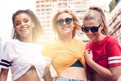 Meninas felizes que têm o divertimento em Monte - Carlo, horas de verão Fotografia de Stock Royalty Free