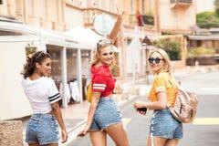 Meninas felizes que têm o divertimento em Monte - Carlo, horas de verão Fotografia de Stock