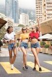 Meninas felizes que têm o divertimento em Monte - Carlo, horas de verão Imagem de Stock