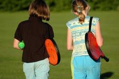 Meninas fora para jogar o tênis Fotografia de Stock Royalty Free