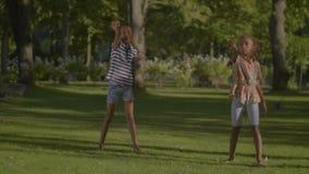 Meninas frescas alegres que executam movimentos da dança vídeos de arquivo