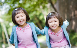 Meninas gêmeas asiáticas de sorriso Foto de Stock Royalty Free