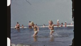 Meninas gêmeas louras pequenas que jogam ondas da equitação filme