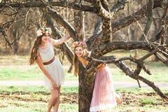 Meninas, grinalda floral e floresta da mola Fotografia de Stock