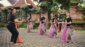 Meninas indonésias na lição de dança do Javanese video estoque