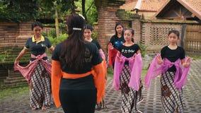 Meninas indonésias na lição de dança do Javanese filme