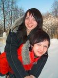 Meninas montado no amigo no amigo imagem de stock