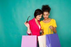 Meninas multi-étnicos entusiasmado com sacos de compras Imagem de Stock Royalty Free