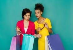 Meninas multi-étnicos entusiasmado com sacos de compras Foto de Stock Royalty Free