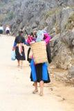 Meninas não identificadas dos grupos étnicos diferentes que deixam Lung Phin Imagem de Stock Royalty Free