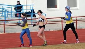 Meninas não identificadas nos 20.000 medidores da caminhada da raça Fotos de Stock Royalty Free