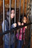 Meninas na cadeia imagens de stock