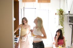 Meninas na cozinha Imagens de Stock