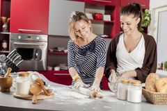 Meninas na cozinha Imagem de Stock Royalty Free