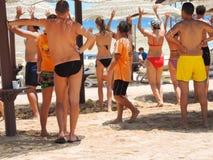 Meninas na dança do biquini na praia Fotografia de Stock