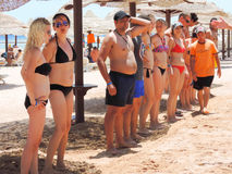Meninas na dança do biquini na praia Foto de Stock Royalty Free