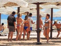 Meninas na dança do biquini na praia Imagens de Stock