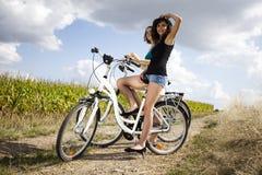 Meninas na excursão da bicicleta, apreciando Foto de Stock Royalty Free