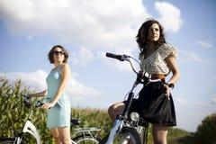 Meninas na excursão da bicicleta, apreciando Imagem de Stock Royalty Free