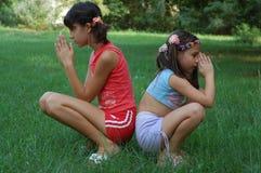 Meninas na oração fotografia de stock royalty free