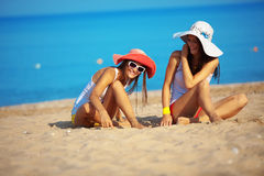 Meninas na praia Fotos de Stock Royalty Free