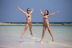 Meninas na praia Imagens de Stock Royalty Free
