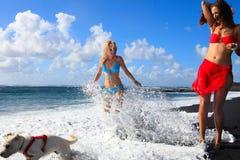 Meninas na praia com areia preta fotografia de stock